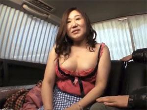 五十路の爆乳巨尻主婦を車内に連れ込み羞恥プレイ!