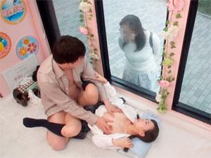 初めて女子校生の娘の身体に触れ興奮した義父が後先考えず母親の目の前で生中出し!