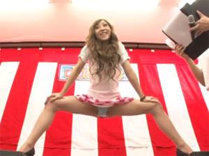 パンチラ&ガニ股必須!ハイヒールのミニスカ素人娘が股裂けクイズに挑戦!