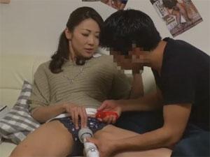 大人のおもちゃで溢れる部屋で熟女母と息子をモニタリング!