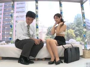 同じオフィスで働く男女が密室で突然の生SEX交渉!