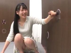「えっびっくりました…」壁から生えたチンポを手コキしてたらザーメン暴発に驚く素人娘