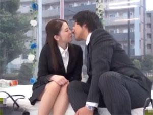 同じ職場で働く男女がマジックミラーの中で初めてのキス技コンプリートに挑戦!
