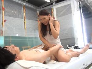 【混浴温泉】同じオフィスで働く男女がタオル一枚で混浴すれば…!
