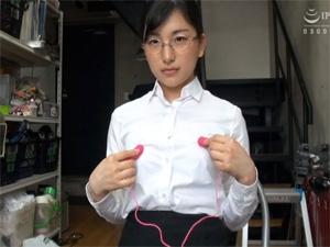 玩具メーカーから提供されたグッズのレポート動画を撮影するAVメーカーで働く女性社員