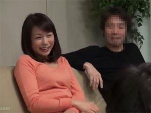 ようこ(39歳) 寝取られ願望を持つ旦那が自慢の妻と近所の男子学生を自宅で二人っきりに!