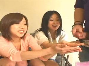 亀頭に興味津々な可愛い女の子2人組